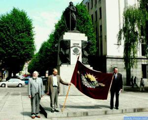 Su LPD vėliava prie Vytauto Didžiojo paminklo