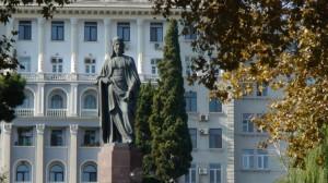 Azerbaidžano sostinėje gausu paminklų žymiems azerbaidžaniečiams. Slaptai.lt nuotr.