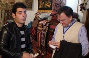 Italijos mokslininkas Aleksandro Vitale pas azerbaidžanietiškų kilimų ir suvenyrų pardavėjus. laptai.lt nuotr.