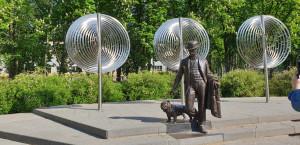 Dubrovino skulptūra su šuniuku – Maskvos miesto dovana Daugpiliui (2007, skulpt. A. Taratynov).