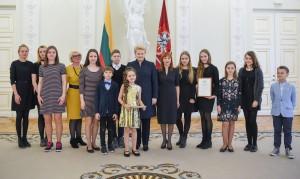 Prezidentė Dalia Grybauskaitė - Nacionalinio diktantyo konkurso nugalėtojų ir organizatorių apsuptyje