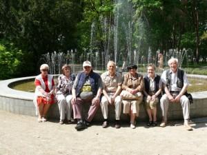 Klasės draugai Alytuje prie fontano
