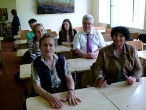 Klasės draugai su mokyklos vadovu