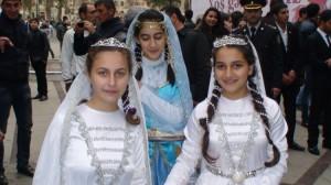 Giandžos merginos baltais drabužiais