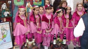 Mergaitės spalvingais tautiniais drabužiais