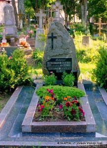 Simbolinis poeto K.Bajerčiaus kapas. Čia palaidota jo žmona Magdelena Bajerčienė. Alytaus Šv. Angelų Sargų kapinės