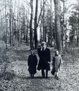 Anūkai su senele Vidzgiryje