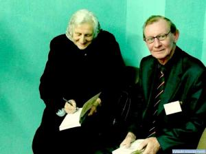 Knygos autorė P. Česnulevičiūtė dovanoja savo knygą Perloja partizano Merkio sūnui V. Baubliui