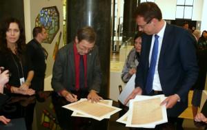 Prof. L.Mažylis pasirašo ant Akto kopijų