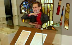 Prof. L.Mažylis prie jo atrastų dokumentų kopijų