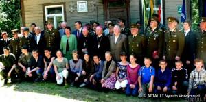 Nemunaitis. Su jaunaisiais patriotais prie istorinio namo, kuriame prisiekė partizanai
