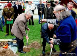 Poetas Justinas Marcinkevičius sodina Žalgirio ąžuoliuką