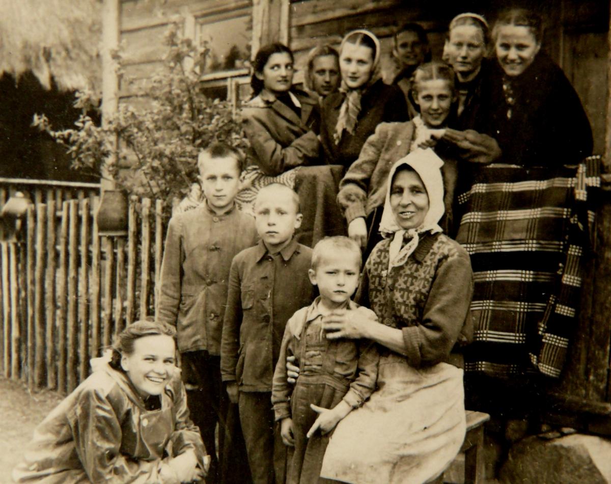 Audėja ir jos sūnūs su Alytaus 2-osios vidurinės moksleivėmis ir mokytoja D.Krištopaite