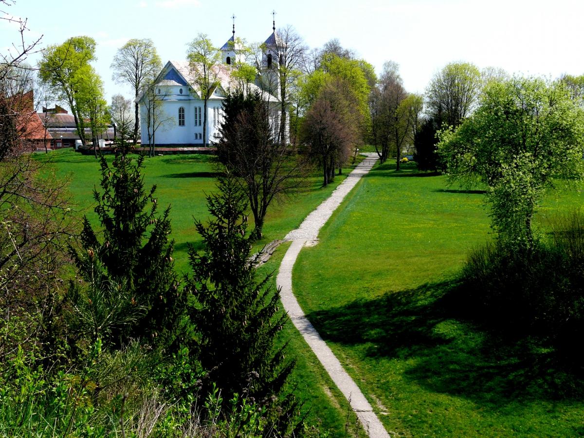 Punios bažnyčia nuo Punios piliakalnio