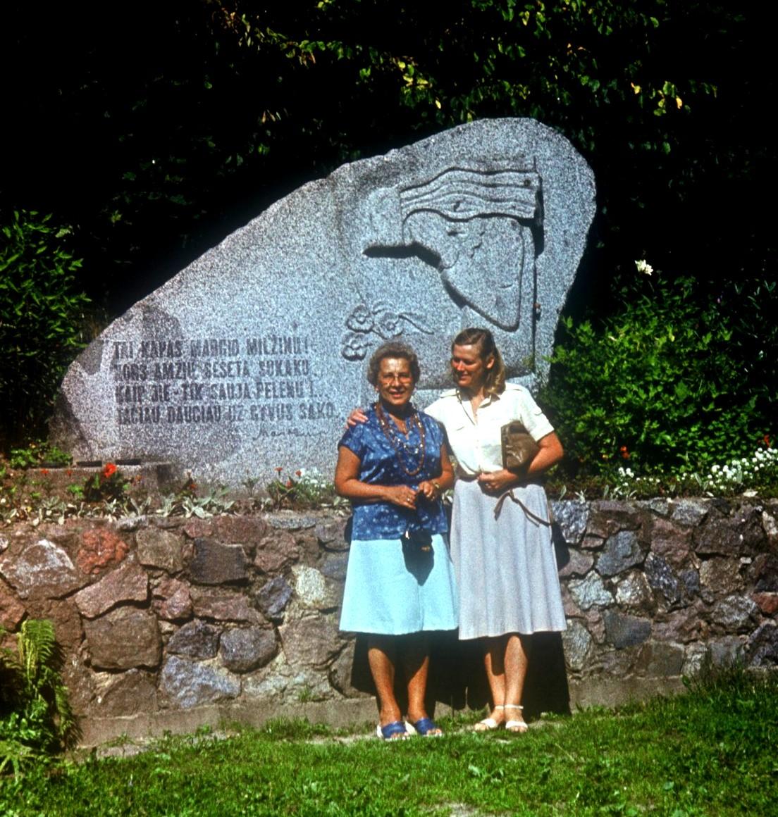 Su Amerikos lietuve Elena Matulionyte (kairėje) Punios piliakalnio papėdėje
