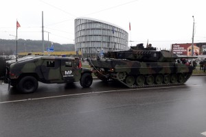 Karinė technika - Konstitucijos propspekte Vilniuje. Slaptai.lt nuotr.