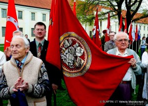Vilniaus Vytautų vėliava ąžuoliuko sodinimo šventėje