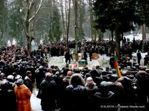 Antakalnio kapinėse laidojamas poetas Justinas Marcinkevičius