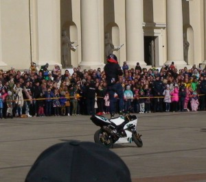 Stovi ant važiuojančio motociklininko. Slaptai.lt nuotr.