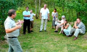Jotvingių-prūsų gyvenvietės įkūrėjas P.Lukoševičius su turistais