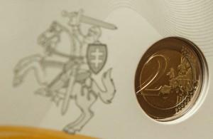 Baltijos šalys trečiadienį į apyvartą išleido Šimtmečiui skirtą proginę 2 eurų monetą, kuri turėtų priminti Lietuvos, Latvijos ir Estijos istoriją ir vienybę.