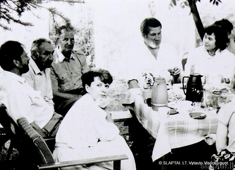 N.Vėliaus sodyboje V.Mikailionis, R.Laurinavičius, A.Jarmala, I.Bučienė,L.Grudzinskas, I.Bliuvaitė