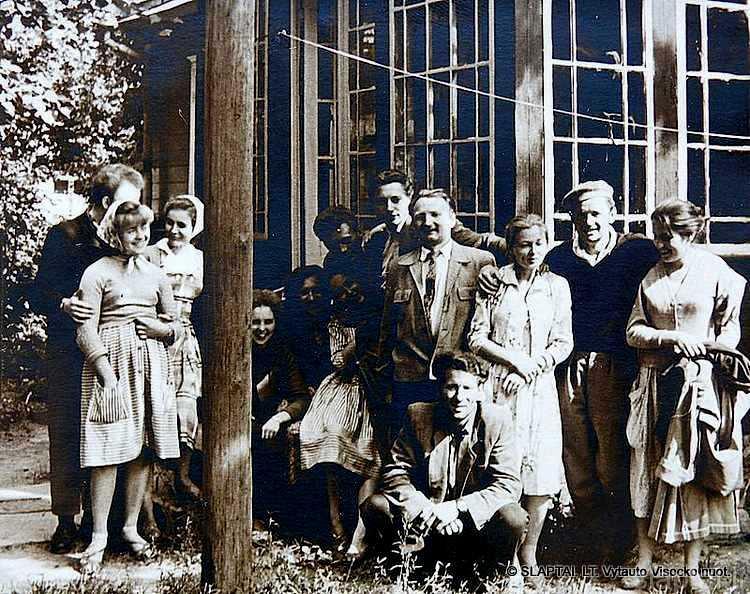 Teatrinės studijos artistai svečiuose pas Nijolę Baužytę. Antras iš dešinės - studijos vadovas aktorius J.Meškauskas, trečia - N.Baužytė