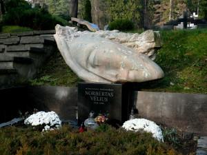 Mitologijos profesoriaus Norberto Vėliaus kapas Antakalnio kapinėse