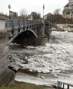 Tiltas per užšalusią upę. Slaptai.lt nuotr.
